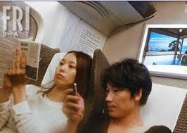 2010年、東京から大阪に向かう新幹線の中で、 お二人が並んで座っている写真をスクープされたことで、 その交際が明るみに出ました。
